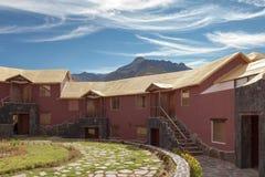 Un hôtel traditionnel de vintage dans Chivay, Arequipa Pérou avec le mounta Image stock