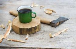 Un hacha y una taza imagenes de archivo