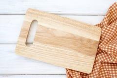 Un hachoir et une nappe sur la table blanche, nourriture de recettes pour des habitudes saines ont tir? le concept de fond de not photo libre de droits