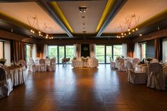 Un hall moderne de banquet décoré de floristry Table De de mariage Photographie stock