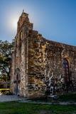 Un halo pour une vieille mission espagnole dans le Texas. Image libre de droits