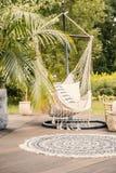 Un hamac confortable avec des oreillers sur une plate-forme dans un jardin vert pendant le s images stock