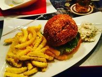 Un hamburger avec des pommes frites Image libre de droits