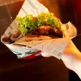 Un hamburger con i nacho e l'insalata immagine stock libera da diritti