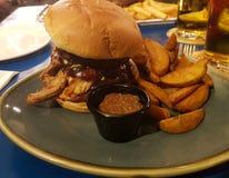 Un hamburger farcito con carne fotografie stock libere da diritti