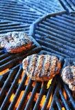 Cuisson d'un hamburger photographie stock