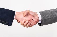 Un handshake di due uomini di affari Immagine Stock Libera da Diritti