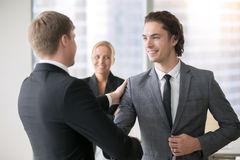 Un handshake sorridente di due uomini d'affari Fotografia Stock Libera da Diritti