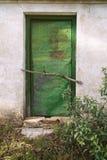 Un hangar ou une hutte rouillé de fer a peint le vert dans les bois Photographie stock