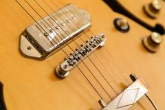 Un haut étroit semblé par guitare jaune moderne Image stock