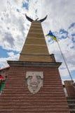 Un haut monument semblable à une tour avec une cigogne sur le dessus Un drapeau jaune-bleu flotte dans le vent près de lui photos libres de droits