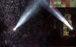 Un haz de luz de un proyector en un concierto en la lluvia, proyector en lluvia fotos de archivo libres de regalías