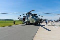 Un helicóptero bimotor Sikorsky SH-3 Sea King Mk 41 del ASW de la guerra antisubmarina Fotos de archivo