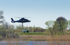 Un helicóptero del rescate con el vehículo de la emergencia Fotos de archivo libres de regalías