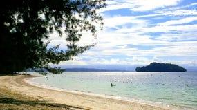 Un hermoso, caliente, día soleado en una playa en la isla de Manukan de Sabah, Malasia foto de archivo libre de regalías