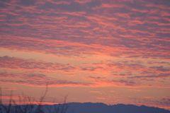 Un hermoso de la puesta del sol en tiempo de la tarde Imagen de archivo libre de regalías