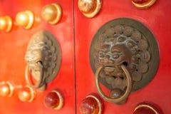 Un heurtoir de poignée de style ancien du temple chinois Photo libre de droits