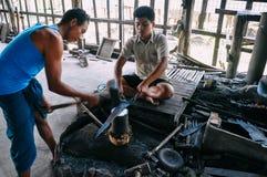 Un hierro de la forja del trabajador local en el lago Inle Foto de archivo