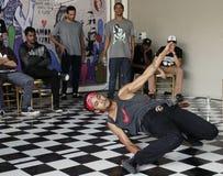 Un hip-hop del baile del hombre en un festival imágenes de archivo libres de regalías