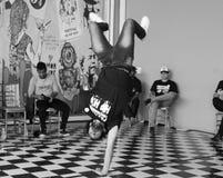 Un hip-hop del baile del hombre en un festival imagenes de archivo
