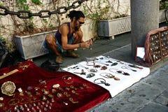 Un hippy che vende gli oggetti fatti a mano 38 Fotografie Stock