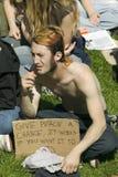 Un hippy tiene dar a paz un lema de la ocasión en su muestra de la protesta en una manifestación de la guerra de anti-Iraq en San Foto de archivo libre de regalías