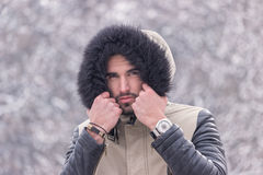 Un hiver froid de jeune homme dehors dirigent le visage Photos stock