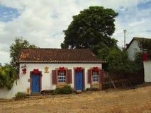 Un hogar colonial pintoresco adornado para la Navidad en una calle tranquila Imagen de archivo libre de regalías
