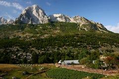 Un hogar en el pie de la montaña Fotografía de archivo libre de regalías