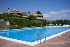 Un hogar hermoso con la piscina Fotografía de archivo
