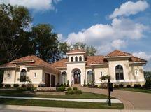 Un hogar residencial del estuco de la historia con el azulejo R de la arcilla Imagen de archivo