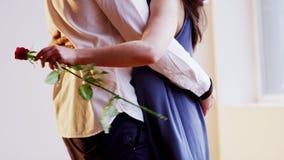 Un hombre abraza a una mujer Imagen de archivo libre de regalías