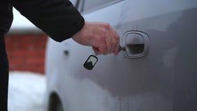 Un hombre abre la llave en la puerta de coche congelada Es muy frío almacen de video