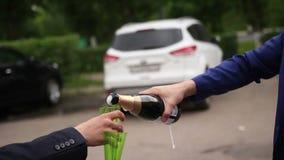 Un hombre abre una botella de vino espumoso metrajes