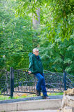 Un hombre aburrido en un parque Foto de archivo libre de regalías