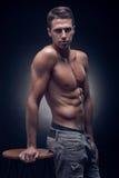 Un hombre adulto joven, caucásico, modelo de la aptitud, cuerpo muscular, sh Imagen de archivo libre de regalías