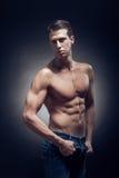Un hombre adulto joven, caucásico, modelo de la aptitud, cuerpo muscular, sh Imágenes de archivo libres de regalías
