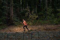 Un hombre adulto joven salta, desierto, retrato de la selva, clo del deporte Imagen de archivo libre de regalías