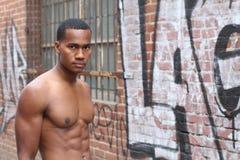 Un hombre africano asombroso con el cuerpo con las tetas al aire sensual masculino muscular con fuerte refresca 6 pechos abdomina Imagen de archivo libre de regalías