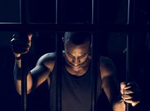 Un hombre arrestado en la cárcel fotos de archivo libres de regalías