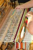 Un hombre asentado en un handloom de madera Fotografía de archivo