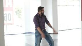 Un hombre baila tonto en el pasillo almacen de video