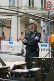 Un hombre bajo la forma de policía militar Foto de archivo libre de regalías