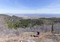Un hombre barbudo que camina en las montañas Imagen de archivo libre de regalías