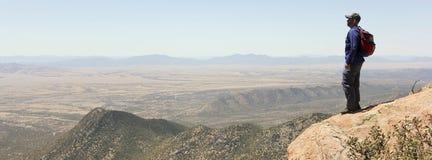 Un hombre barbudo que camina en las montañas Imagen de archivo