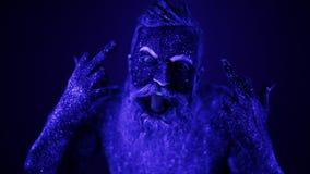 Un hombre barbudo terrible en la luz ultravioleta Primer de una cara metrajes