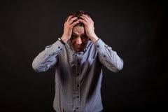 Un hombre blanco cabelludo oscuro tiene problemas y se aferra imágenes de archivo libres de regalías