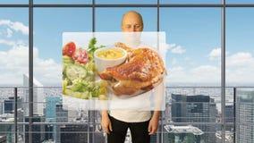 Un hombre blanco elige platos para mover de un tirón a través de una pantalla virtual Fragante delicioso frita pollo de los pesca almacen de video
