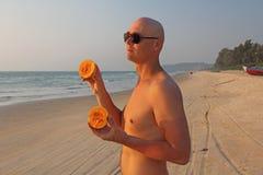 Un hombre calvo y hermoso con un torso desnudo o desnudo come un melón fotos de archivo