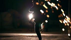 Un hombre cambia sus piernas en un salto, las luces de la ciudad de la noche, a cámara lenta metrajes